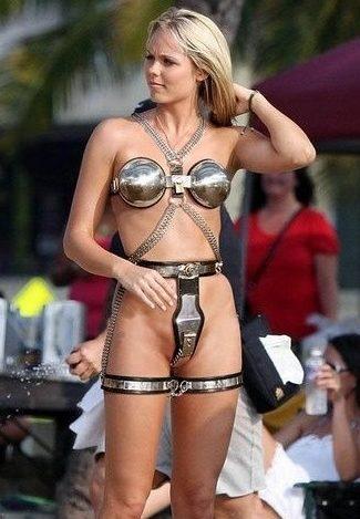 女性用貞操帯をつけた女性