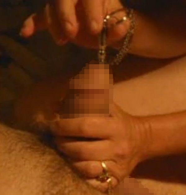 女性にペニスプラグコイルを挿入される男性