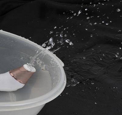 吸引式クリ責めマシン【サティスファイヤ2】を水に入れて波動衝撃波が水を飛ばしているところの画像